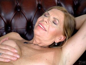 Oiled Mature Samantha Gets Her Pussy Fucked By Her Lover On The Couch Porn